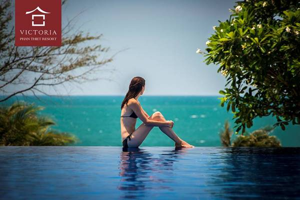 Bên cạnh những khu vườn nhiệt đới rực rỡ, Victoria Phan Thiết còn sở hữu hồ bơi vô cực đẹp nhất trong chuỗi hệ thống khách sạn Victoria. Buổi trưa, làn nước trong xanh phản chiếu ánh nắng lấp lánh trải dài thênh thang hướng ra biển, mang một nét quyến rũ rất riêng. Ảnh: victoriahotels