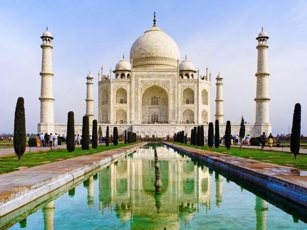 """Taj Mahal ở Agra, Ấn Độ được đánh giá: """"Không chỉ là thành tựu kiến trúc vĩ đại nhất trái đất mà còn là minh chứng mạnh mẽ cho tình yêu. Sẽ không thể gọi là biết tận hưởng cuộc sống cho đến khi du khách đặt chân tới đây""""."""