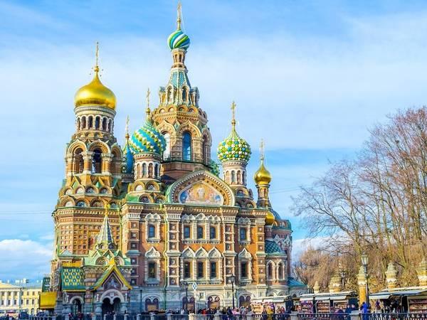 Nhà thờ Chúa cứu thế ở St. Petersburg, Nga được mô tả là: Toàn bộ nhà thờ như một tác phẩm nghệ thuật. Bên ngoài rực rỡ và bên trong còn ấn tượng hơn với những bức tranh khảm tinh xảo tới từng chi tiết.
