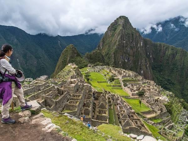 """Điểm đến tiếp theo được bình chọn trong top 10 nơi nổi tiếng nhất thế giới năm 2017 là thành phố cổ Machu Picchu ở Peru. Một du khách nhận xét: """"Chúng tôi đứng quanh bức tường thành và ở đó, trước mắt là thành phố trải dài với tất cả vẻ đẹp lộng lẫy, lấp lánh dưới ánh mặt trời. Đó cũng là những gì tôi hy vọng được nhìn thấy""""."""