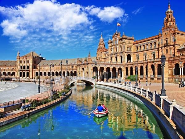 Quảng trường Tây Ban Nha ở Seville xây từ năm 1928 là một công trình được thiết kế với sự kết hợp hài hòa giữa phong cách Phục hưng, Morocco và kiến trúc bản địa.