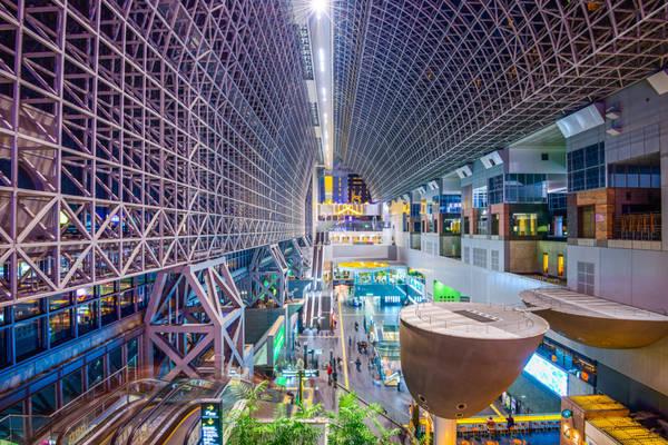Ngắm nhìn ga Kyoto: Nhiều du khách đi qua ga Kyoto - nút giao thông tấp nập nhất khu vực - trên đường đến hoặc đi khỏi thành phố, nhưng chỉ vài người dừng lại để chiêm ngưỡng thiết kế độc đáo của công trình. Nếu tới đây, bạn hãy nán lại một phút để nhìn lên, sau đó di chuyển lên đỉnh để nhìn toàn cảnh thành phố từ sân thượng Sky Garden