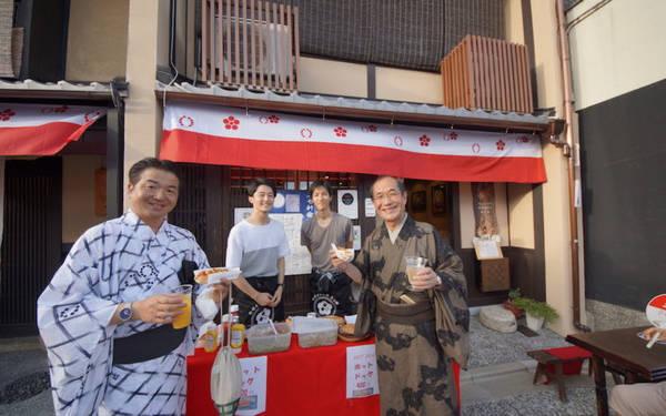 Kết bạn với người dân địa phương tại nhà nghỉ Mosaic: Nhà nghỉ Mosaic sạch sẽ, đầy đủ tiện nghi, nhân viên thân thiện, có 2 địa chỉ ở Kyoto. Các phòng được thiết kế theo thẩm mỹ của người Nhật, có khu vực chào đón chung để du khách gặp mặt, một quán bar đầy phong cách phục vụ đồ uống của địa phương tới muộn. Đặc biệt nhà nghỉ còn tổ chức các sự kiện thường xuyên dành cho khách và người dân địa phương, tạo cơ hội để kết bạn và tìm hiểu về Kyoto thực sự.