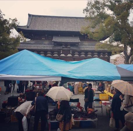 Ngày nay đền Đông Tự nổi tiếng nhất với phiên chợ ngoài trời được cho là lâu đời nhất cả nước, tổ chức vào ngày 21 hàng tháng từ sáng sớm tới chiều muộn. Du khách sẽ tìm thấy mọi thứ trong phiên chợ tấp nập và hối hả này.