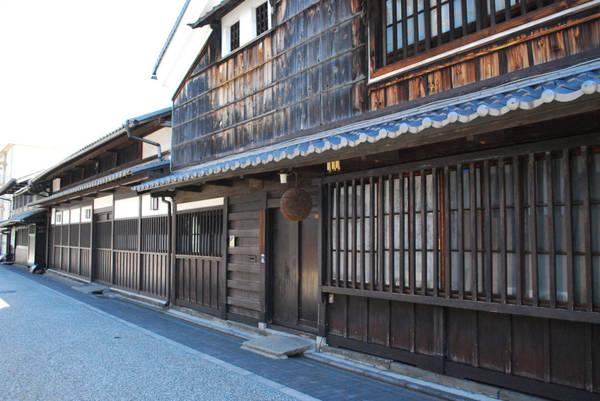 Say sưa với rượu sake ở quận Fushimi: Quận Fushimi nằm ở phía nam Kyoto, nổi tiếng nhất với đền thờ Fushimi Inari và hàng loạt cánh cổng đỏ. Khu vực cũng có lượng nước ngầm phong phú, giàu kali và canxi, thích hợp làm rượu sake. Giữa những năm 1600, hơn 80 nhà máy rượu bia hoạt động trong khu vực. Du khách nên đi thuyền đáy bằng trên dòng sông vắt qua thị trấn nhỏ để tham quan các nhà máy cũ và bảo tàng Gekkeikan Okura Sake.