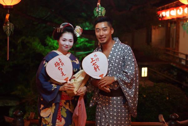 Uống bia với geisha tại Kamishichiken Beer Garden: Với nhiều du khách, việc tham gia vào thế giới đặc trưng của geisha khá khó khăn. Thông thường, bạn cần được ai đó mời hoặc đi theo tour. Quận Kamishichiken là một trong 5 khu phố các geisha sống và làm việc. Họ tổ chức một khu vườn bia đặc biệt trong nhà hát Kaburenjo từ tháng 7 đến tháng 9 hàng năm. Chỉ với 2.000 yên (khoảng hơn 400.000 đồng), bạn sẽ được các geisha rót bia, trò chuyện, đối xử như những khách hàng trả nhiều tiền.