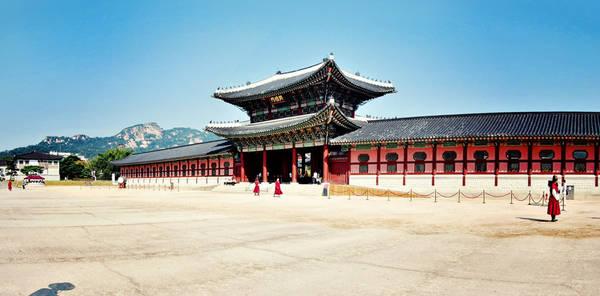 1. Tour tham quan chuỗi cung điện ở Seoul: Thủ đô Hàn Quốc là một thành phố của các cung điện, với 5 di tích hoàng cung cổ. Gyeongbokgung là hoàng cung lớn nhất. Tên gọi của cung có nghĩa là Cảnh Phúc Cung - Cung điện được trời cao ban phước. Gyeongbokgung giống như một khu phức hợp, dễ khiến du khách liên tưởng tới hình ảnh Tử Cấm Thành của Trung Quốc nhưng nhỏ và yên tĩnh hơn. 4 cung điện Changdeokgung, Cheonggyeonggung, Deoksugung, và Gyeonhuigung đủ để thỏa mãn ước nguyện ngắm cảnh, tìm hiểu lịch sử của bạn. Ảnh: Juanechavarria.