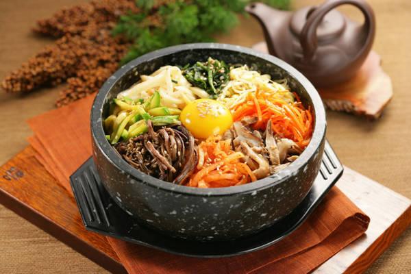 15. Ăn bibimbap ở Jeonju: Cơm trộn bibimbap thuộc danh sách những món ăn nổi bật đến từ xứ sở kim chi, kết hợp giữa rau, trứng rán, và sốt cay gochungjang. Bạn có thể dễ dàng tìm thấy một quán bán bibimbap ở mọi nơi ở Hàn Quốc. Thậm chí ở quê hương của món ăn, Jeonju, người ta còn tổ chức lễ hội bibimbap. Ảnh: Soulofkorea.