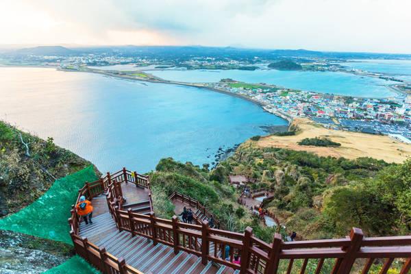 17. Thăm đảo Jeju: Chắc chắn là địa điểm du lịch quen thuộc nhất chỉ sau Seoul, Jeju còn được gọi là Hawaii của Hàn Quốc. Jeju chinh phục trái tim du khách nhờ phong cảnh mỹ lệ, từ ngọn núi lửa hình khiên Hallasan, hang động nham thạch Manjanggul, miệng núi lửa Sangumburi, cho đến các bãi biển và thác nước ấn tượng. Ảnh: Asiadaytrips.