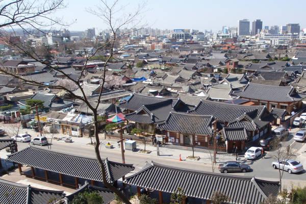 19. Làng Hanok (Jeonju): Hãy tới đây nếu bạn muốn lùi về quá khứ, ngắm một Hàn Quốc trước thời đại công nghệ và nhà máy hiện đại. Làng có hơn 800 ngôi nhà xây theo phong cách Hanok truyền thống. Ảnh: Kimcheeguesthouse.