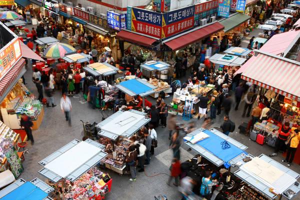 2. Lượn chợ Namdaemun và chợ Dongdaemun: Thay vì hòa vào dòng người đổ xô shopping ở các trung tâm mua sắm hiện đại, bạn chắc chắn sẽ muốn có trải nghiệm đáng nhớ hơn ở những khu chợ truyền thống nổi tiếng Seoul như chợ Namdaemun và Dongdaemun. Cả hai đều là nơi tập trung mặt hàng phong phú, từ đồ lưu niệm, đồ quần áo trang sức, trung tâm mua sắm và ẩm thực đường phố. Trước đây, Namdaemun là chợ ngày, còn Dongdaemun là chợ đêm. Nhưng thời gian gần đây, hai khu chợ đều có lịch mở cửa linh hoạt hơn. Ảnh: Tkmarket.