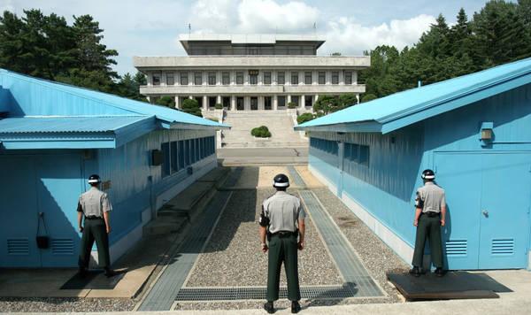 20-diem-an-choi-khong-biet6. Thăm khu phi quân sự DMZ: Bạn chưa thể tính là đã đến Hàn Quốc nếu không ghé qua khu vực biên giới DMZ phân chia Hàn Quốc và Triều Tiên. Đường biên giới được canh phòng chặt chẽ thường xuyên là tâm điểm chú ý của thế giới. Một chuyến đặt chân tới khu vực an ninh căng thẳng này chắc chắn là trải nghiệm khó quên trong đời. Bạn nên chọn loại tour cho phép tham quan Phòng Xanh nổi tiếng, thuộc Khu vực An ninh chung (JSA). Phòng Xanh là nơi diễn ra các hoạt động gặp gỡ ngoại giao, đàm phán, nơi có sự xuất hiện của cả lính Hàn Quốc lẫn Triều Tiên. Đặt chân vào Phòng Xanh, bạn có thể coi là đang cùng lúc đứng ở Hàn Quốc và Triều Tiên. Mỗi năm, khu JSA đón khoảng 100.000 du khách. Ảnh: Globaljuggler.-chan-o-han-quoc-ivivu-6