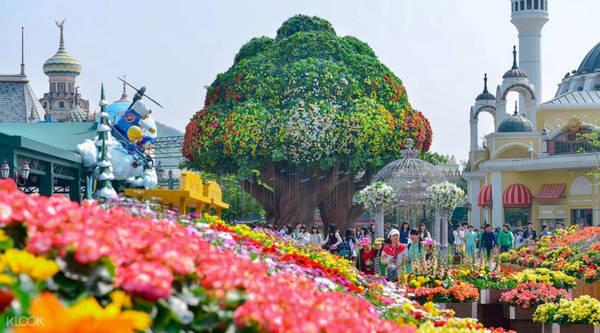 7. Lotte World và Everland: Hai công viên giải trí khổng lồ là địa điểm vui chơi đáng để ghé thăm ở Seoul. Dù chọn Lotte World - công viên giải trí trong nhà lớn nhất thế giới - hay Everland nơi tập trung các hoạt động ngoài trời cảm giác mạnh, bạn đều sẽ tìm thấy trò vui cho cả trẻ con lẫn người lớn. Lotte World là khu phức hợp có công viên, trung tâm mua sắm, khách sạn sang trọng, bảo tàng, địa điểm giải trí... Trong khi đó, Everland mang màu sắc Disney, cách Seoul khoảng 30 - 60 phút đi xe. Người đam mê cảm giác mạnh nên thử sức với T-Express - tàu lượn siêu tốc cao thứ 4 thế giới, và xếp top 10 về tốc độ. Ảnh: Klook.