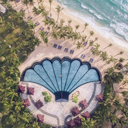 Bãi Khem và hồ bơi con sò ở JW Marriott. Ảnh: JW Marriott