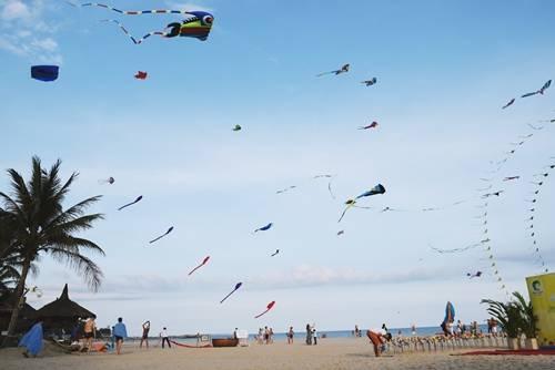 Thả diều ở Mũi Né Bãi cát thoai thoải, bầu trời xanh ngắt cùng những cánh diều nhiều màu sắc là cảnh tượng thường thấy ở Mũi Né những ngày hè. Khu vực bãi biển công cộng hay trong các resort đều có dịch vụ này. Du khách có thể mượn hoặc thuê diều nhiều hình dạng khác nhau để thả, có từng loại cho người lớn hoặc trẻ nhỏ. Một số khu nghỉ dưỡng còn tổ chức những ngày lễ hội riêng để phục vụ du khách. Anh Mai Anh Dũng, đại diện khu nghỉ dưỡng The Cliff cho biết hoạt động thả diều khiến nhiều du khách thích thú vì ở thành phố đông đúc không có chỗ để thả. Ảnh: Má Lúm.