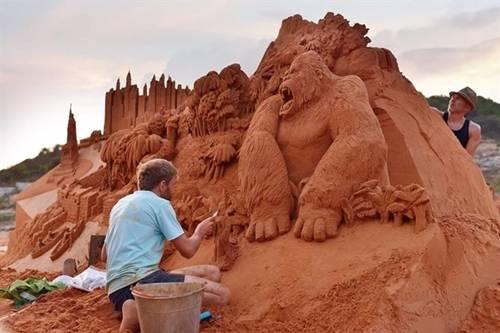 Thăm công viên tượng cát Công viên tượng cát Forgotten Land vừa mở cửa từ tháng 4, gồm nhiều tác phẩm điêu khắc từ cát và nước của các nghệ sĩ điêu khắc đến từ 12 quốc gia. Du khách chiêm ngưỡng lâu đài cát, tượng cát gắn với truyện cổ tính quen thuộc của Việt Nam và nhiều nước khác như Thỏ và Rùa, Mèo Đi Hia, Con cáo và chùm nho… Giá vé tham quan cho người lớn là 100.000 đồng, trẻ em 70.000 đồng. Ảnh: Be Hua.