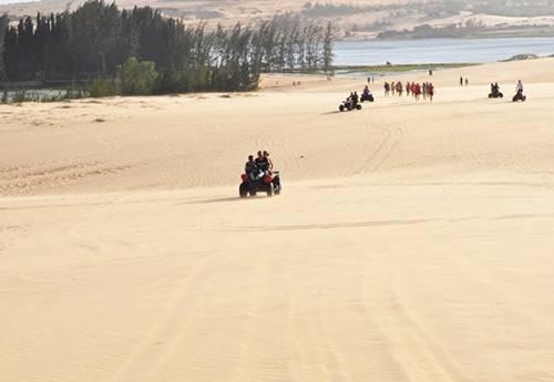 Đua xe địa hình trên đồi cát Khu đồi cát trắng cách Phan Thiết khoảng 40 km, là địa điểm lý tưởng để trải nghiệm đua môtô địa hình 4 bánh, vượt qua nhiều con dốc cát. Nơi đây thu hút đông khách du lịch, đặc biệt là những người trẻ mê khám phá, mạo hiểm. Giá thuê xe môtô cho 2 người từ 350.000 đồng đến 850.000 đồng tùy thời lượng 20-60 phút. Ảnh: Muine-explorer.