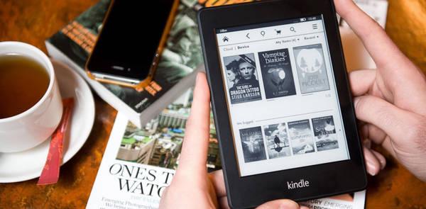 Một cuốn sách, hoặc máy đọc sách điện tử: Đây là vật dụng không thể thiếu đối với ai thích đọc sách. Ngoài ra, hành trình thường bao gồm nhiều quãng thời gian chờ đợi, như khi xếp hàng, hay di chuyển trên xe, máy bay... Một cuốn sách sẽ là nguồn an ủi quý giá, giúp bạn vượt qua thời gian đợi chờ. Bạn có thể chọn mang sách giấy truyền thống - sách từ nhà hoặc mua trên đường đi, hoặc đầu tư mua một chiếc máy đọc sách điện tử để vừa nhẹ nhàng, vừa lưu trữ được nhiều đầu sách. Mua sách ở địa phương nước ngoài nơi bạn đến còn là một cách hay để lưu giữ kỷ niệm. Ảnh: Abcnews.