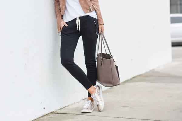 Quần jogger: LC Haughey chia sẻ trên Go Backpacking, cô luôn mang theo một chiếc quần thể thao jogger. Cô muốn coi đó là lời nhắc nhở mình duy trì lịch tập thể dục, để giữ dáng, dù đang đi chơi. Dù rằng, cô không thực sự tập luyện được nhiều trong các chuyến đi, không tính đến thời gian đi bộ loanh quanh thành phố. Tất nhiên, danh sách 5 món đồ sẽ thay đổi tùy thuộc vào sở thích, nhu cầu của mỗi người. Còn danh sách của bạn là gì? Ảnh: Merricksart.