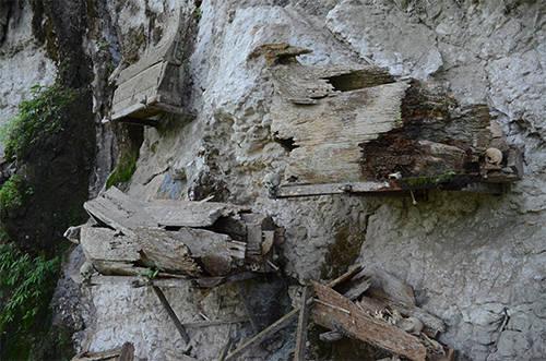 Xác người được treo lơ lửng trên vách đá ở Toraja. Ảnh: Phong Vinh.