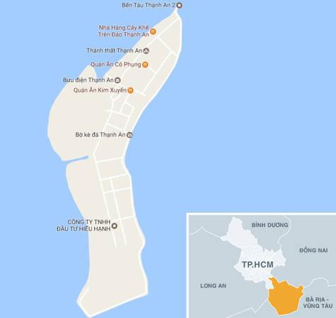 Xã đảo Thạnh An thuộc huyện Cần Giờ, TP.HCM. Từ trung tâm thành phố, bạn có thể đến Thạnh An bằng nhiều cách. Nếu đi ôtô hoặc xe máy, bạn qua phà Bình Khánh cứ đi thẳng khoảng 40 phút là tới Cần Thạnh, hỏi đường đến Co-opmart. Bạn có thể gửi xe ở đây để lên đò qua đảo. Nếu đi xe bus, từ Bến Thành (quận 1), bạn đón xe 20 tới phà Bình Khánh (5.000/ vé), qua phà với phí 1.000/ người đi bộ và mất tầm 15 phút ngồi phà. Sau đó bạn bắt tiếp xe buýt số 90 (6.000/vé), báo tài xế dừng ở Co-opmart là có thể ra được bến đò. Ảnh: Google Maps.