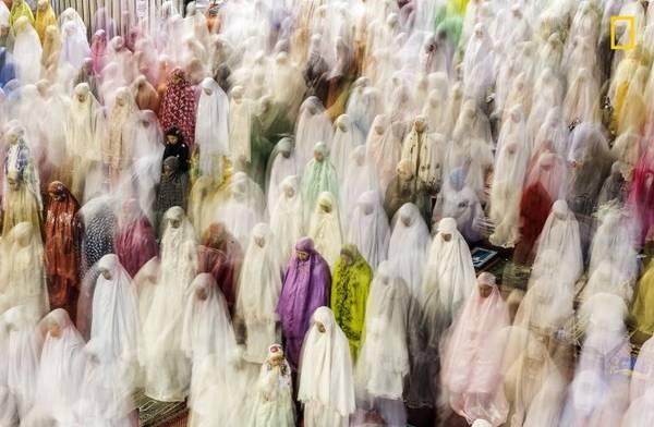 Phụ nữ Hồi giáo tập trung bên trong nhà thờ Istiqlal ở Jakarta - nhà thờ Hồi giáo lớn nhất Đông Nam Á - để cầu nguyện trong tháng Ramadan - Ảnh: Pradeep Raja