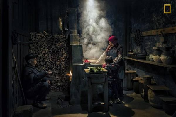 Ảnh chụp tại một ngôi làng nhỏ ở Wuyuan, Trung Quốc. Nhiều người trẻ tuổi Trung Quốc tìm đến các thành phố lớn để kiếm tiền, để lại cha mẹ già và con cái ở quê nhà - Ảnh: Hua Zhu