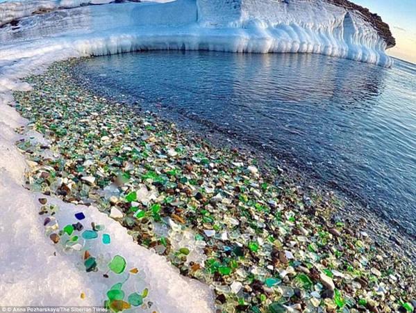 """Bãi biển Glass nằm ở vịnh Ussuri, gần thành phố Vladivostok, Nga là một trong những bãi biển kỳ lạ nhất thế giới. Thay vì dải cát trắng, hoặc vàng chạy dọc bờ biển cùng làn nước xanh thường thấy, Glass lại lấp lánh màu sắc của những viên """"đá cuội thủy tinh"""". Ảnh: Anna Pozharskaya/The Siberian Times."""