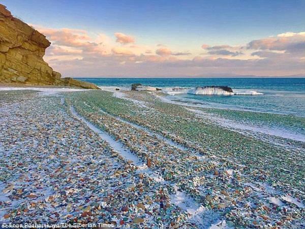Giáo sư Petr Brovko lo lắng rằng chỉ sau một thời gian ngắn nữa, bãi biển này sẽ chỉ còn trơ lại cát sỏi, giống như bao bãi biển khác trên thế giới, trừ khi có thêm những chai thủy tinh mới được đổ ra đây. Tuy nhiên, hiện chính phủ không có kế hoạch cho việc này. Ảnh: Yulina Savkina/The Siberian Times.