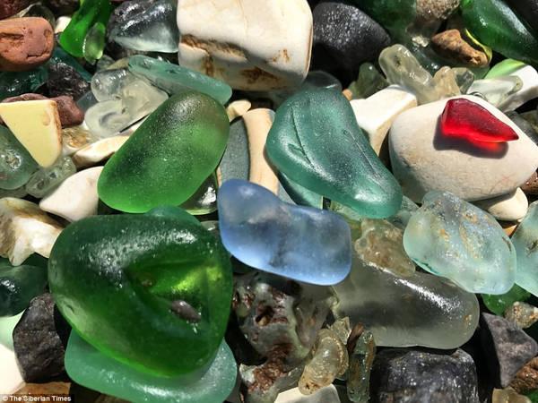 Sóng và thủy triều đã làm vỡ những chai này. Theo thời gian, những cạnh sắc được bào mòn, trở nên tròn trịa như những viên đá cuội nhỏ. Ảnh: The Siberian Times.