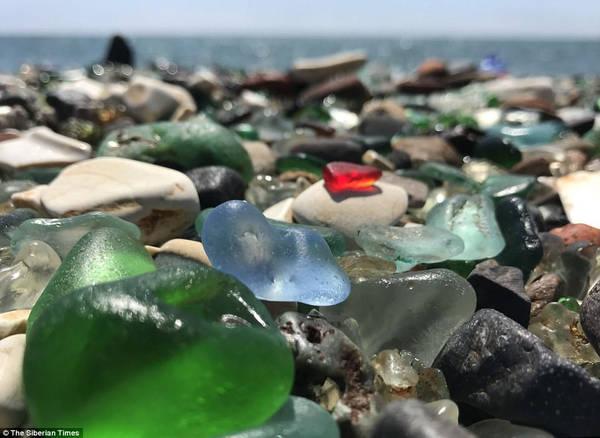 Bãi biển Glass dần trở thành một trong những điểm thu hút khách du lịch chính của cảng Vladivostok. Ảnh: The Siberian Times.