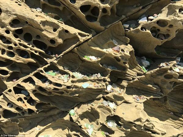 """Tuy nhiên, các chuyên gia đang cảnh báo rằng bãi biển lấp lánh """"những viên đá quý"""" đầy màu sắc này có nguy cơ sẽ biến mất trong vòng chưa đầy một thế hệ nữa. Ảnh: The Siberian Times."""