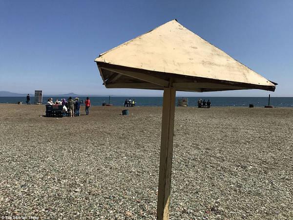 Theo giáo sư Petr Brovko, thuộc Đại học Quốc gia Viễn Đông, người đã dày công nghiên cứu về bãi biển Glass, bãi biển giống như món quà của thiên nhiên, là cách mà thiên nhiên sửa chữa sai lầm vứt rác thải của con người. Ảnh: The Siberian Times.