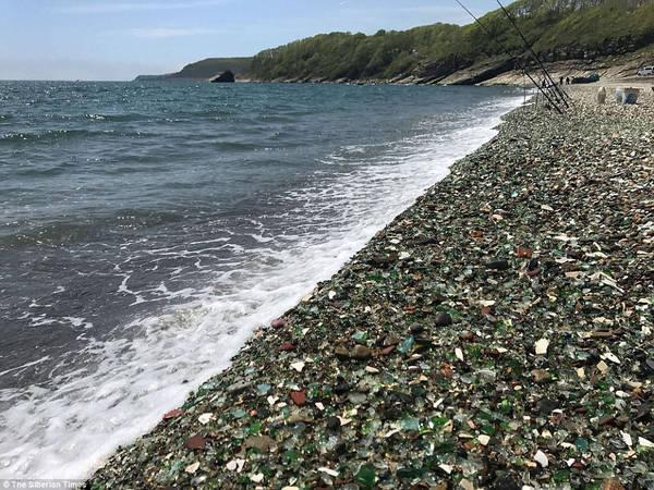 Glass thu hút rất đông du khách vào mỗi mùa hè, nhưng bãi biển với những viên cuội lấp lánh như đá quý có thể biến mất mãi mãi, chỉ trong hai thập kỷ nữa. Một lý do là du khách lấy về làm quà lưu niệm. Ảnh: The Siberian Times.