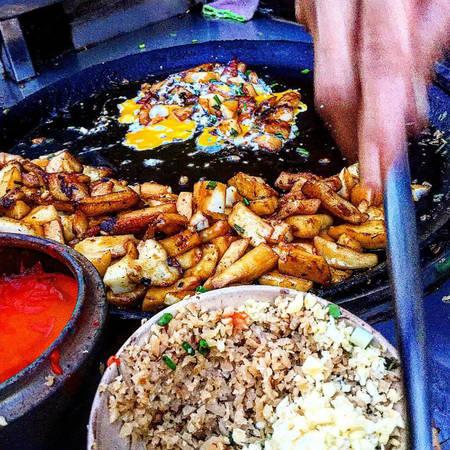 Đã mất công tới đây, bạn cũng đừng quên ghé qua các quán hàng khác trong chợ Hòa Bình - một trong những thiên đường ẩm thực giá rẻ ở Sài Gòn. Giá cả trung bình chỉ khoảng 5.000 - 20.000 đồng, bạn có nhiều lựa chọn như súp cua, ốc, bánh mì nướng, bánh rán doremon, bánh flan, phá lấu, há cảo, bún riêu, bánh hẹ... Ảnh: addy-shioya.