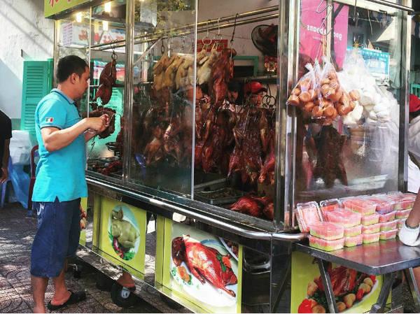 Nằm tại quận 5, nơi được mệnh danh là Chinatown của Sài Gòn, tập trung nhiều người Hoa sinh sống lâu đời, nên khu chợ cũng có một số món ăn Trung Quốc. Ảnh: kylerin.