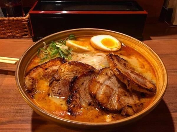 """Quán phục vụ Ramen ăn kèm thịt lợn và Ramen hải sản. Sợi mì dai ngon và nước dùng được nhiều người miêu tả là: """"Nhớ đến thôi cũng thấy chảy nước miếng""""."""