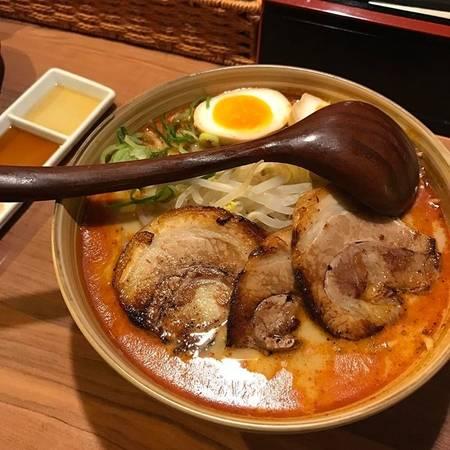 Rất nhiều thực khách thích thú với món thịt lợn ăn kèm trong bát mì vì độ ngon ngọt và béo ngậy của nó. Quán không chỉ thu hút du khách mà còn rất đông người Nhật đến chờ để ăn hàng. Menu viết bằng tiếng Anh, rất thuận tiện cho du khách quốc tế.