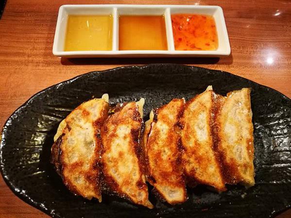Mọi người thường gọi thêm một đĩa bánh há cảo Gyoza hoặc rượu sake khi ăn mì. Giá của mỗi bát mì là 1.000 yên (hơn 200.000 đồng). Theo gợi ý của nhiều thực khách, bạn nên gọi thêm một bát cơm nhỏ để ăn nốt với chỗ nước mì ngon lành kia. Đây cũng là món ngon mà nhiều người thích thú.
