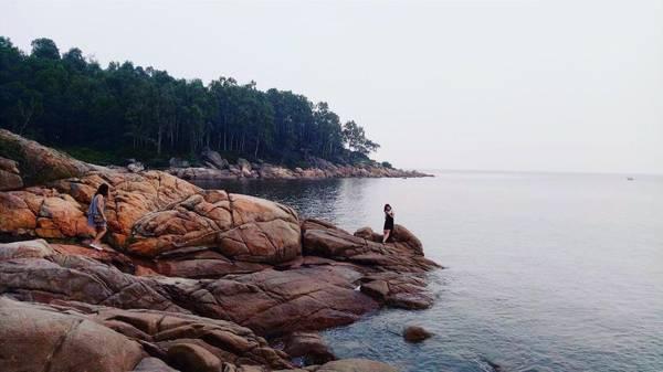 Bãi đá gần chùa Cô Tiên ở Sầm Sơn. Ảnh: Hà Thu