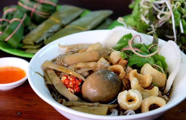 Bún thối hay bún mắm cua được cho là món ăn nổi tiếng ở Pleiku bởi hương vị đặc biệt. Chị Chi, chủ quán bún mắm cua nổi tiếng trên đường Phùng Hưng (Pleiku) cho biết, món ăn vốn xuất thân từ đất Bình Định, lúc đầu chủ yếu nấu ăn trong gia đình, sau đó người Bình Định đến Pleiku phổ biến món ăn này và được nhiều người ưa thích.