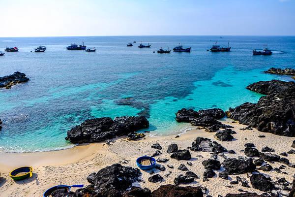 Đảo bé ở Lý Sơn sở hữu nhiều bãi tắm trong veo, khung cảnh hoang sơ, khiến du khách đến đây đều rất thích thú.