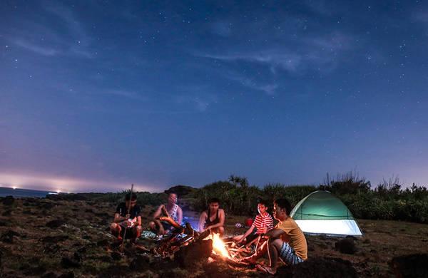 Vì đảo bé không có điện và nước máy, nên chi phí dịch vụ đắt hơn ở đảo lớn, du khách thường đi về trong ngày hoặc ở tại một vài nhà dân. Nhưng nếu có thời gian, bạn nên ở lại và cắm trại qua đêm tại đây, trên dãy núi đá núi lửa trăm nghìn năm tuổi.