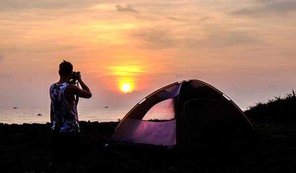 Địa điểm cắm trại lý tưởng nhất là bãi Sau trên đảo. Hãy chuẩn bị trước đồ ở đảo lớn và tự mình nướng đồ ăn tại đảo bé hoặc thuê người dân ở đảo bé giúp đỡ. Cần sạc đầy các thiết bị điện tử có ích trong việc liên lạc trước khi tiến hành lên đảo bé cắm trại, đừng để mất liên lạc, đề phòng bất trắc có thể xảy ra.