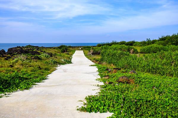 Bãi Sau, bãi tắm đẹp nhất tại đảo bé, nơi trầm tích núi lửa nhô ra mặt biển. Vào buổi sáng sớm cũng như chiều muộn, khi du khách đã về lại đảo lớn, bãi tắm trở nên hoang sơ và đẹp hơn rất nhiều, đó cũng là phần thưởng dành cho những người ở lại.