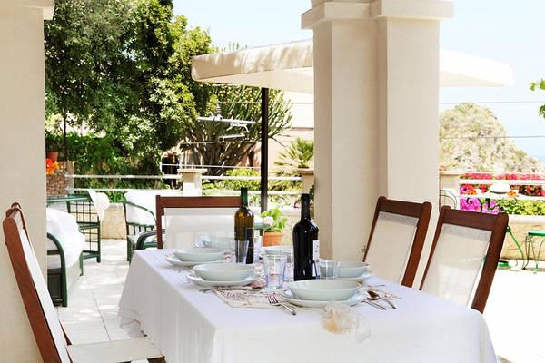 Ngoài khu nội thất sang trọng, bên ngoài biệt thự là khu vực ăn uống mở. Du khách có thể thưởng thức rượu vang và món ăn ngon của địa phương vào những buổi chiều nắng nóng. Ảnh: James Dunn/Daily Mail.