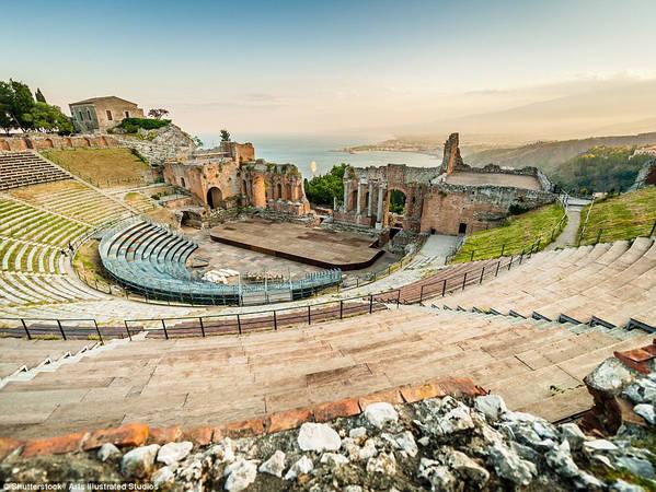 Sau chuyến thăm các địa danh xuất hiện trong phim, du khách có thể ghé một nhà hát cổ tuyệt đẹp nằm trên quả đồi nhỏ nhìn ra vịnh. Ảnh: Shutterstock/Arts lllustrated Studios.