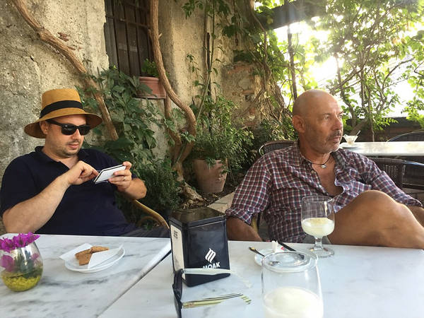 Du khách đến thị trấn thường ăn bánh quy ngọt và uống Granitas tại quán bar Vitelli, nơi nhân vật Michael Corleone từng ngồi, khi về quê cha để lẩn trốn sự truy đuổi. Ảnh: James Dunn/Daily Mail.