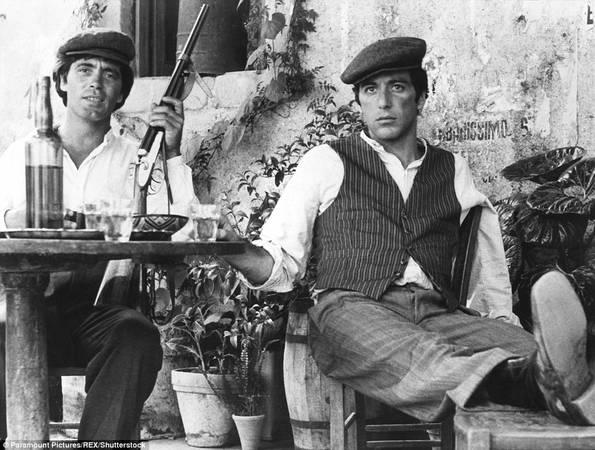 """Một cảnh trong phim """"Bố già"""". Trong phim, Michael Corleone cùng các bạn của mình đến quán bar để xin cưới con gái chủ quán, người anh đã yêu ngay lần đầu gặp trên một con đường làng. Ảnh: Paramount Pictures/REX/Shutterstock."""