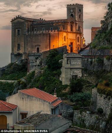 Từ bar Vitelli, du khách có thể nhìn thấy nhà thờ Savoca, nơi đạo diễn Francis Ford Coppola quay cảnh đám cưới của Michael Corleone và người vợ đầu tiên. Ảnh: Shutterstock/Anadman BVBA.